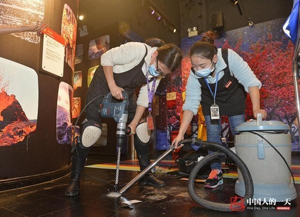 Để đặt tượng sáp mới, Đạt Phân cùng đồng nghiệp phải khoan lỗ trên mặt sàn, chiếc máy khoan nặng vậy không phải bất cứ người con gái bình thường nào cũng biết sử dụng.
