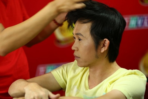 1. Giam khao Hoai Linh lo ve met moi trong hau truong (4)