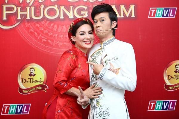1. Giam khao Hoai Linh pose anh nhi nho (1)