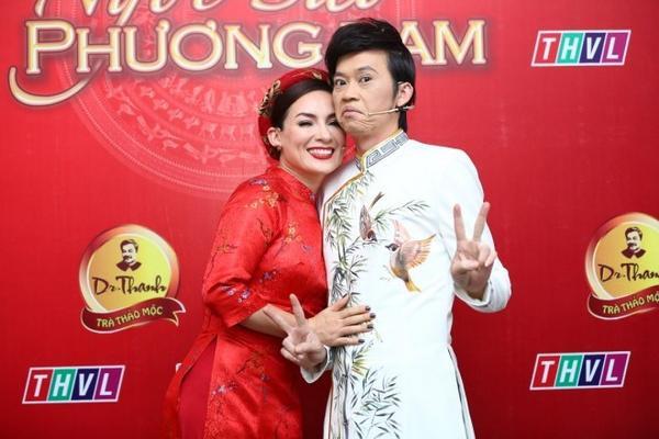 1. Giam khao Hoai Linh pose anh nhi nho (4)