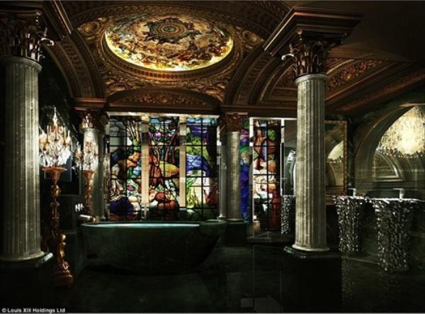 Phòng tắm phong cách Roman được bao quanh bởi kính màu cầu kỳ.