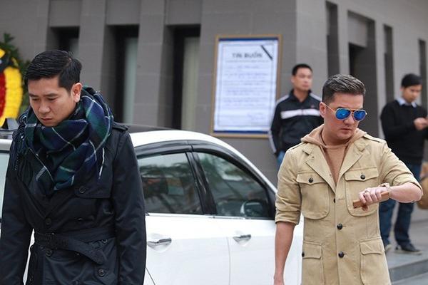 Nhạc sĩ Hồ Hoài Anh và Mr. Đàm buồn bã đến viếng nhạc sĩ Lương Minh.