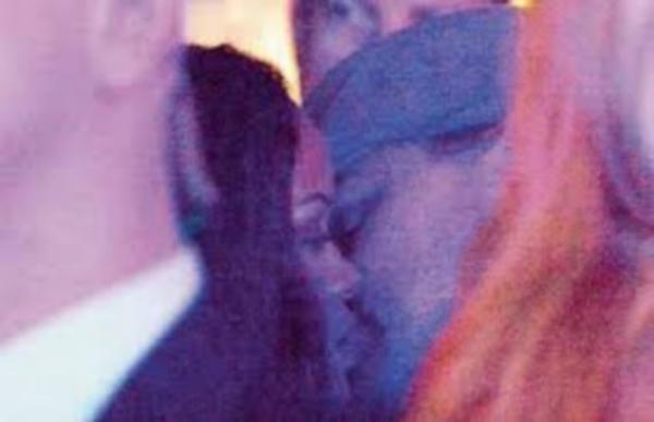 """Cả hai còn bị chụp được khoảnh khắc """"khóa môi"""" ngay sau đó"""