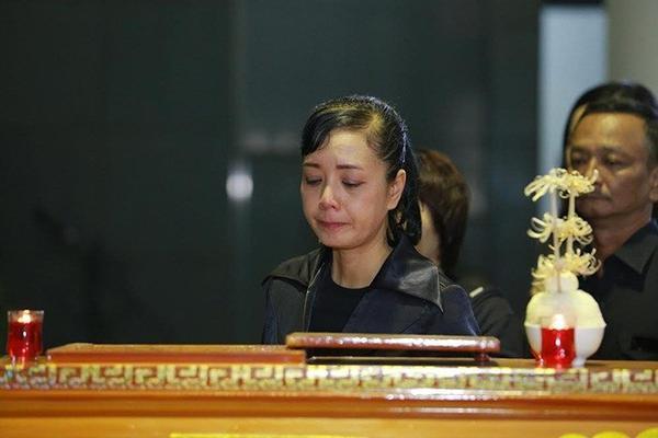 MC Quang Minh, Thùy Linh và NSƯT Chiều Xuân tranh thủ nhìn mặt nhạc sĩ Lương Minh lần cuối.