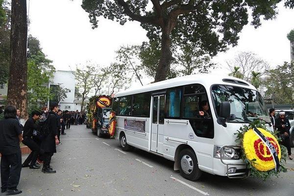 Lễ tang kết thúc, linh cữu của nhạc sĩ Lương Minh được người thân di quan khỏi Nhà tang lễ Bộ Quốc phòng.
