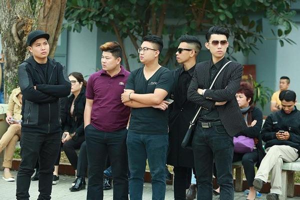 MC Hoa Thanh Tùng, ca sĩ Ngọc anh và hai thành viên nhóm Oplus (bìa phải) đến viếng nhạc sĩ Lương Minh lần cuối, trước khi anh về với đất mẹ.