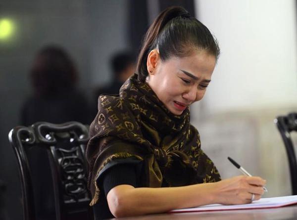Ca sĩ Thu Minh bật khóc khi viết những dòng cuối cùng dành cho nhạc sĩ Lương Minh - người nâng đỡ, tạo nhiều cơ hội để cô có được vị trí vững chắc ở làng nhạc Việt như ngày hôm nay.