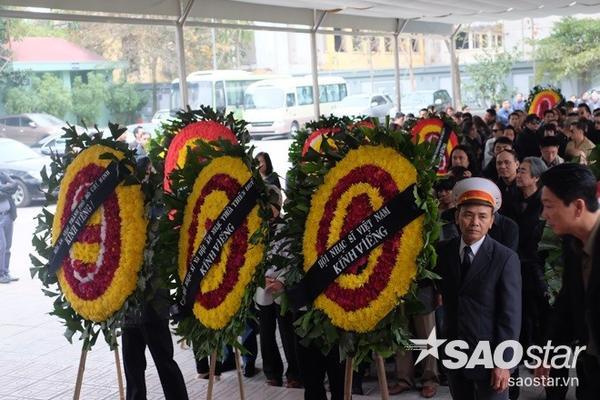 Rất nhiều vòng hoa chia buồn được bạn bè, đồng nghiệp cùng các đơn vị đưa đến nhà tang lễ Bộ Quốc phòng.