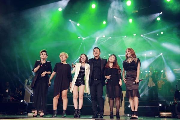 Tuấn Hưng cùng những học trò The Voice của mình thể hiện trọn vẹn cảm xúc 'Mẹ yêu'.