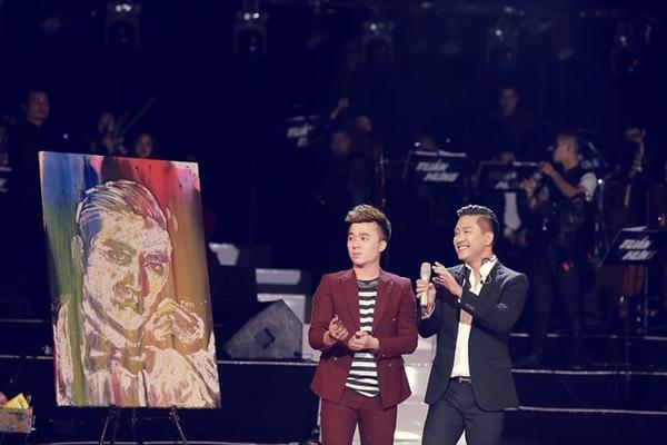 Bức tranh được họa sĩ Phạm Hồng Minh trực tiếp vẽ Tuấn Hưng trên sân khấu được mua đấu giá với con số lên tới 175 triệu đồng. Toàn bộ số tiền được chuyển vào quỹ hỗ trợ cho các bệnh nhân ung thư tại bệnh viện K Tân Triều, Hà Nội.