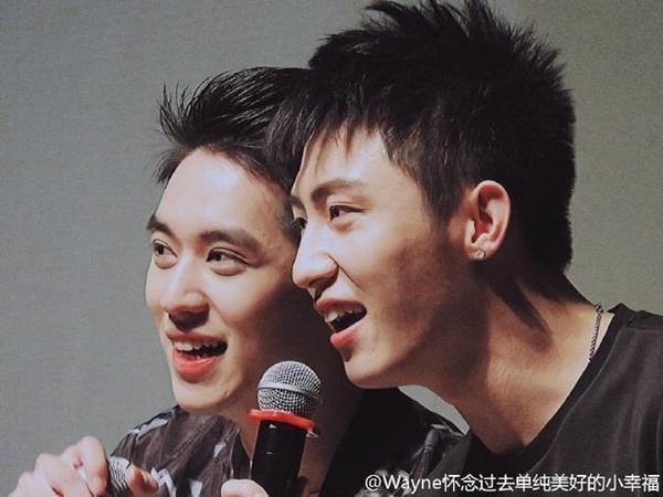 Càng đẹp trai hơn khi ở bên cạnh Hoàng Cảnh Du.