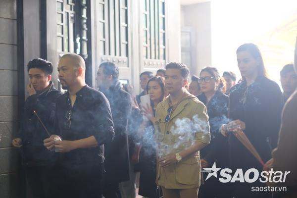 Cô lặng lẽ theo dòng người vào thắp hương cho nhạc sĩ Lương Minh.