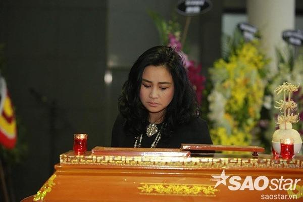 Diva Thanh Lam thất thần nhìn đồng nghiệp.