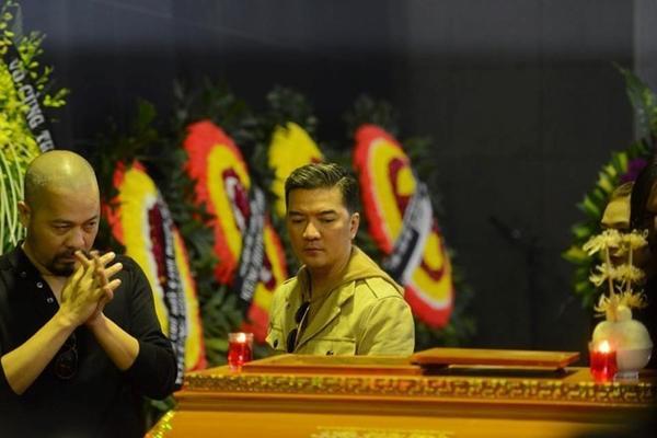 Nhà thiết kế Đức Hùng, ca sĩ Đàm Vĩnh Hưng xúc động nhìn nhạc sĩ Lương Minh lần cuối. Ảnh: Tuấn Mark