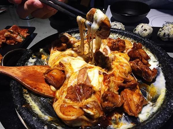 Khoảnh khắc dùng đũa gắp miếng thịt gà nhấc lên là hàng lớp phô mai chảy kéo theo khiến người ăn vô cùng thích thú.
