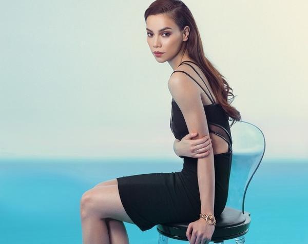 Nếu là tông đen, hãy như Hà Hồ chọn một chiếc đầm với đường cut out tinh tế ở eo đi cùng tông trang điểm màu nude, sang trọng cực kỳ thu hút.