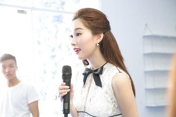 Gần đây, người đẹp cũng nhận được nhiều lời khen ngợi khi diện chiếc váy có đính hàng trăm bông hoa lan tinh tế, bắt mắt. Nét đẹp của loài hoa này gợi đến phong cách mà Hoa hậu Việt Nam 2012 đang theo đuổi.