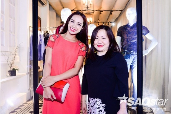 Thúy Hạnh vui vẻ chụp ảnh lưu niệm cùng bà Quỳnh Trang - người đứng sau thành công của nhiều show thực tế như Vietnam's Next Top Model hay Project Runway Vietnam…
