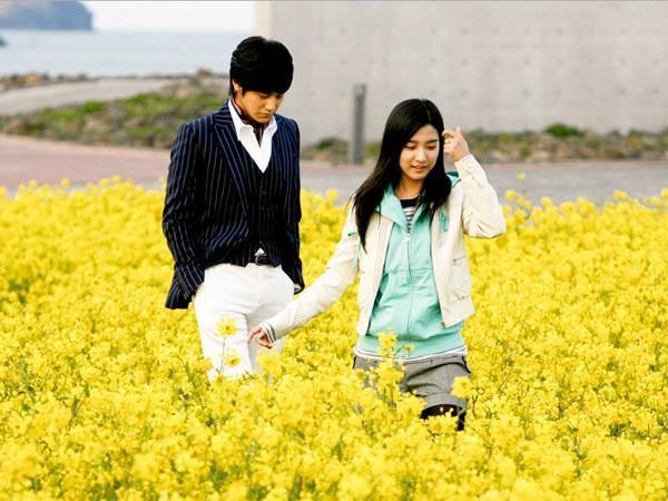 """""""Chàng Gốm"""" Yi Jung đưa Ga Eul đi dạo vòng quanh những con đường tuyệt đẹp của đảo Jeju."""