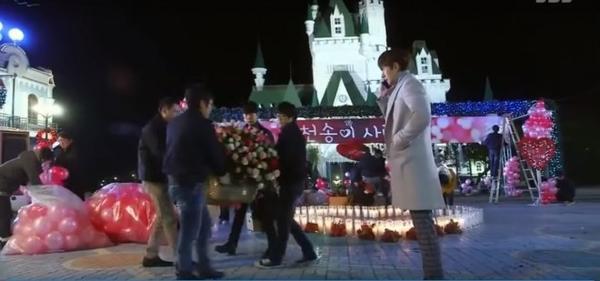 Trong Vì sao đưa anh tới, anh chàng bạn thân Hwi Kyung cũng từng tổ chức một sự kiện hoành tráng cho cô nàng Song Yi.