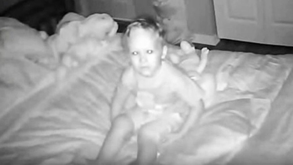 Con trai của Jay và Sarah từng nóivới bốmẹ rằng emrất sợ ngủ trong phòng vào ban đêm vì thường nghe thấy có tiếng ai đó nói chuyện với mình. Lời cảnh báo của con traikhiến hai ngườirất hoang mang.