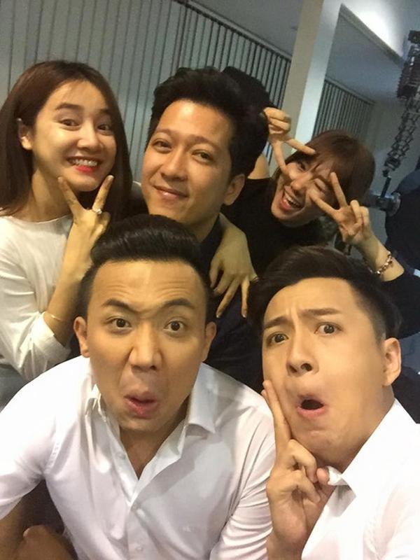 Cặp đôi Trấn Thành - Hari Won cũng quậy tung hậu trường cùng Ngô Kiến Huy.