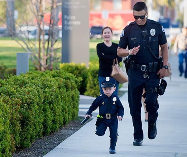 Sĩ quan Mike Gradilla đã giúp Tayden Nguyen trở thành cảnh sát nhí trong một ngày. Ảnh: Ocregister