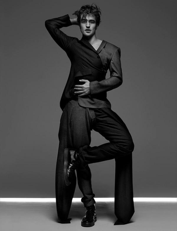 Thả mình trong bộ suit có hơi hướm assymmetric bất đối xứng độc đáo.
