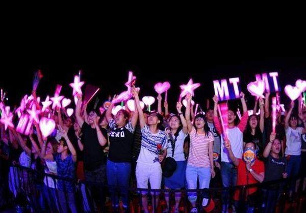 Với lượng đèn lớn và đều có dấu ấn của nữ ca sĩ Mỹ Tâm thì thật khó để có thể yêu cầu fan Mỹ Tâm mở đèn trong tất cả phần biểu diễn của các nghệ sĩ. Thay vào đó họ đã duy trì sử dụng cây đập cổ vũ suốt chương trình.
