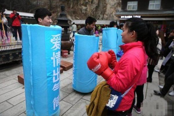 """Sự kiện diễn ra ở quảng trường Lão Quân Sơn, Trung Thiên Môn, những người chồng này mặc một chiếc ống bơm hơi mà họ tự gọi là """"Nơi tình yêu trút giận"""", trên đó có ghi dòng chữ """"Vợ yêu ơi, hãy ra tay hết sức""""."""