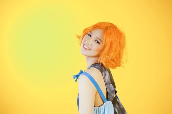 Son tông màu cam luôn là loại son khá kén người sử dụng nhưng dường như rất hợp với cô nàng.