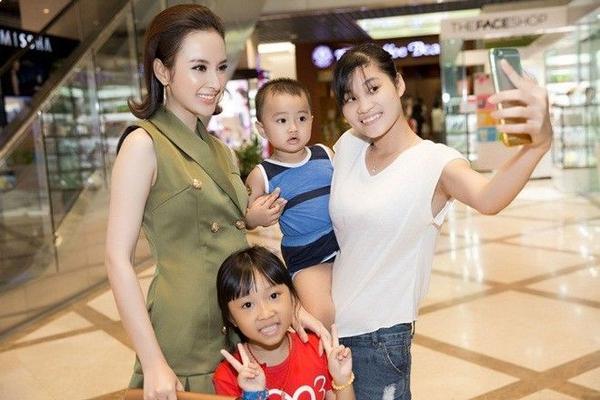 Một số fan nhí đã nhận ra nữ diễn viên trong những bộ phim nổi tiếng như Mùi ngò gai, Kính vạn hoa… nên đã cùng người thân đến nhằm chụp ảnh lưu niệm cùng cô.