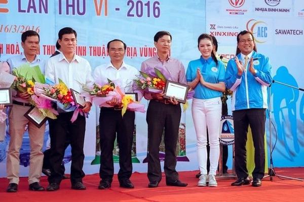 Lý Nhã Kỳ xinh đẹp trong buổi khai mạc Giải đua xe đạp nữ quôc tế Bình Dương mở rộng tranh cúp Biwase lần thứ VI- năm 2016 được tổ chức tại Bình Dương.