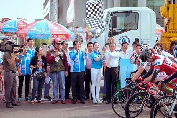 Image result for Lý Nhã Kỳ cùng ông Trần Văn Nam, Bí thư tỉnh ủy Bình Dương phất cờ lệnh khai màn chặng đua đầu tiên trong cuộc đua xe đạp Quốc tế nữ tại Bình Dương nhân dịp kỷ niệm 8/3/2016. Đây cũng là giải đua nữ lớn nhất từ trước tới nay với sự tham gia của 6 đội đua quốc tế và 8 đội mạnh trong nước.