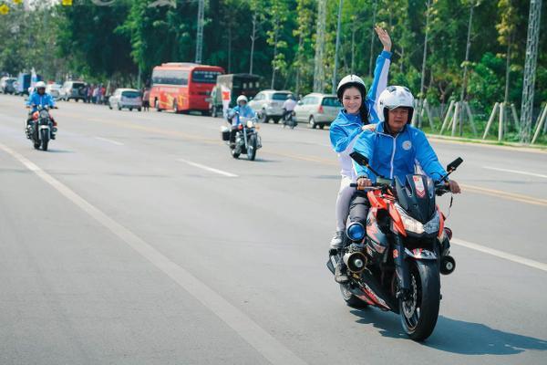 Và để cổ vũ vận động viên ngay từ chặng đầu tiên, Phó chủ tịch Liên đoàn, Lý Nhã Kỳ đã hào hứng ngồi sau một chiếc mô tô thể thao đi cùng toàn bộ ba vòng đua dài gần 70 km để cổ động các nữ vận động viên.