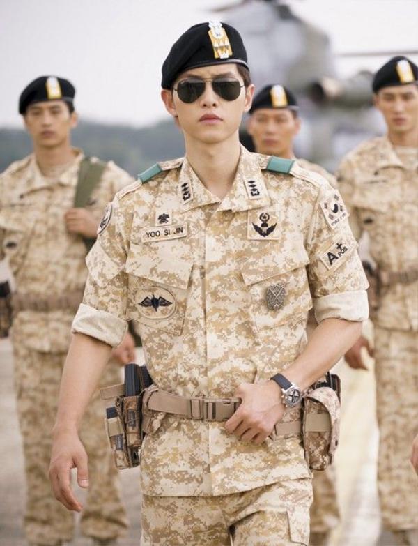 Hình ảnh Song Joong Ki trong bộ quân phục đã gây bão khắp Châu Á hơn 1 tháng qua.