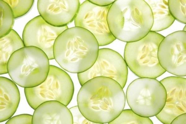 Ngoài việc làm mát cơ thể ra thì dưa leo còn có thể giải tỏa stress rất hiệu quả nữa, vì vậy mỗi khi căng thẳng hãy tự thưởng cho mình một đĩa salad dưa leo nhé.