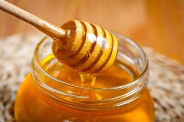 Đặc biệt là khi môi của bạn bị khô, nứt nẻ thì hãy dùng một thìa mật thoa đều lên môi và giữ nguyên trong 5-10', sau đó rửa sạch, bạn sẽ thấy được tác dụng hiệu quả của mật ong.
