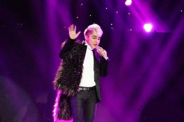 Ngoài cách diện fur coat ra thì cậu Tùng còn thích choàng khăn lông nữa.