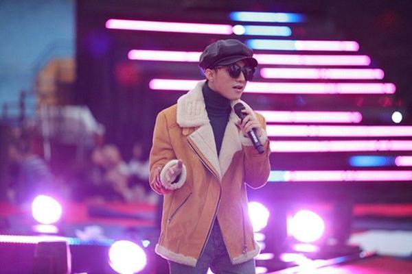 Cũng chiếc fur coat đó, nhưng anh chàng lại phối theo một kiểu hoàn toàn khác biệt...