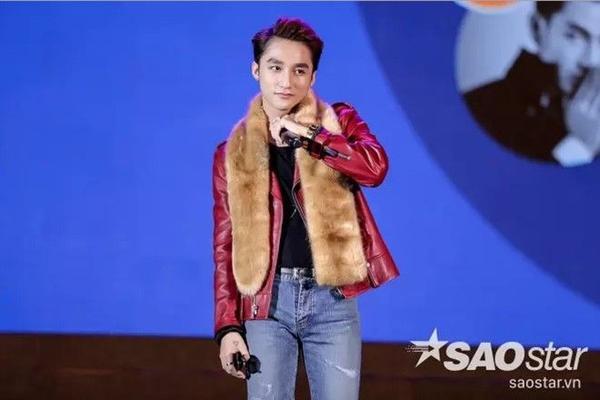 Moto jacket đỏ nổi bật đi cùng khăn fur màu da bò.