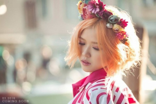Trong sản phẩm sắp ra mắt mang tên Em đã biết, Suni trông nữ tính hơn khi diện vòng hoa floral màu sắc.