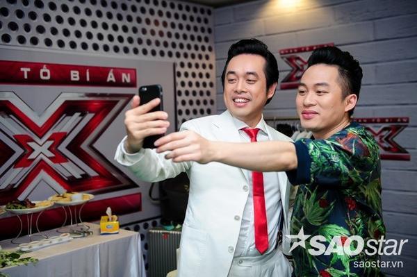 """Trong hậu trường, Dương Khắc Linh cùng Tùng Dương tranh thủ chụp ảnh """"tự sướng"""" cùng nhau."""