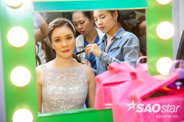 Hồ Quỳnh Hương được chuyên gia trang điểm chăm chút kỹ càng từ tóc...