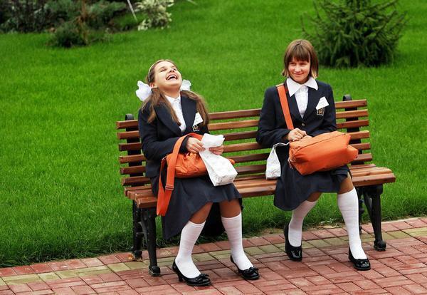 Các bé gái Nga đang vui vẻ cười đùa trên băng ghế. Thủ tướng Nga Medvedev đã ra quyết định thành lập Học viện dành cho con gái các quân nhân đang phục vụ xa thủ đô, không có điều kiện được hưởng một nền giáo dục tốt và con gái của những quân dân đã hy sinh trong các cuộc xung đột vũ trang. Bức ảnh được chụp tại trường nội trú dánh cho nữ thuộc Bộ Quốc phòng, ngày 09/09/2008.
