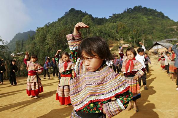 Các học sinh H'mong đang tập thể dục ở trường tiểu học Hoàng Thu Phố, Bắc Hà, Lào Cai, Việt Nam.