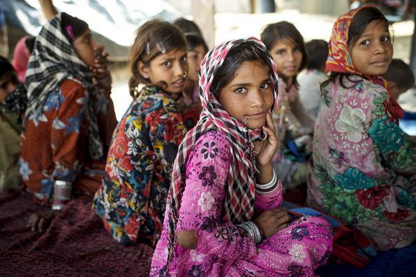 Những đứa trẻ ngồi trên mặt đất với mái che tạm thời khỏi ánh nắng mặt trời trong ngôi làng nhỏ Bilwadi ở bang Rajasthan, Afghanistan. Các em đến từ các gia đình du mục ở độ tuổi từ 6-14 tuổi. Các em đang được dạy toán học cũng như đọc và viết bằng Tiếng Hin-ddi. Bức ảnh này được chụp vào ngày 29/10/2014.