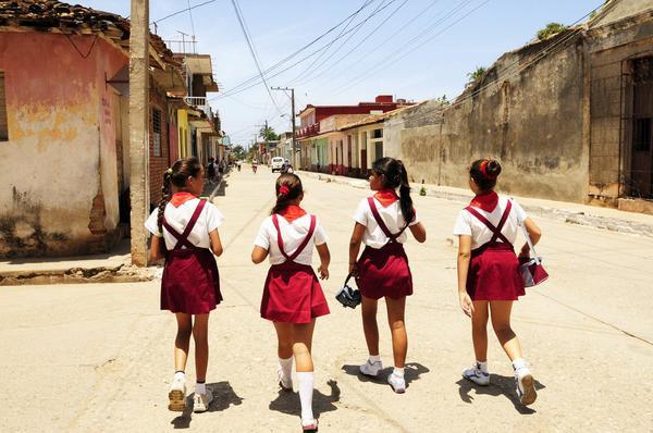 Các bé gái Cuba đang trên đường về nhà giờ tan học. (01/06/2009).
