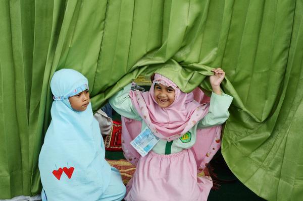 Hai bé gái Hồi giáo đang chuẩn bị cho buổi cầu nguyện trong buổi học ở Jakarta vào ngày 18/10/2012.