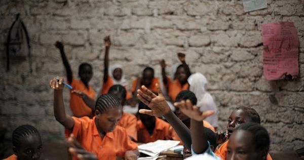 """Các nữ sinh ở Kenya ngày 31/06/2010. Các cô gái đang tham gia sáng kiến mang tên """"Moving the Goal-post"""", tài trợ cho các nữ sinh ở huyện Kilifi, nơi có tỷ lệ bỏ học cao do kết hôn sớm, mang thai ở tuổi vị thành niên và do định kiến về giáo dục chỉ dành cho con trai."""